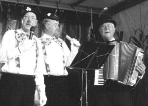 """Den ersten Auftritt lieferten """"Drei Kölsche  Bänkelsänger"""", dahinter verbargen sich Mitglieder eines bekannten Kölner  Werkschores. Mit Pappnasen und Akkordeon sorgten sie eine halbe Stunde lang für  echten rheinischen Humor und Frohsinn."""